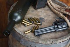 Старый западный револьвер с патронами и серебряным долларом стоковое фото