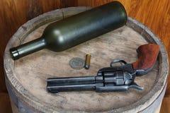 Старый западный револьвер с патронами и серебряным долларом стоковая фотография