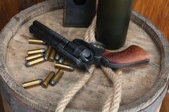 Старый западный револьвер с патронами и серебряным долларом стоковые изображения rf