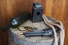 Старый западный револьвер с патронами и серебряным долларом стоковое фото rf
