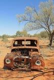 Старый заржаветый автомобиль в австралийском захолустье Стоковые Фото