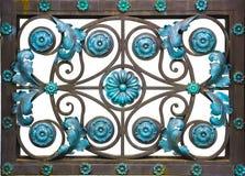 Старый заржаветый выкованный декоративный шарнир двери на винтажной деревянной доске Стоковое Изображение
