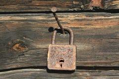 Старый заржаветый закрытый ретро padlock Стоковые Фото