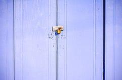 Старый заржаветый замок на голубых деревянных дверях Стоковая Фотография