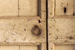 Старый заржаветый doorknob в деревянной двери Стоковая Фотография RF