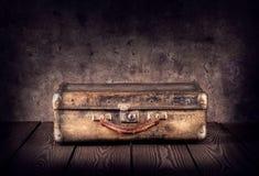 Старый затрапезный чемодан стоковое изображение