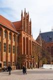 Старый здание муниципалитет с готической башней на старом рынке городка стоковые фотографии rf