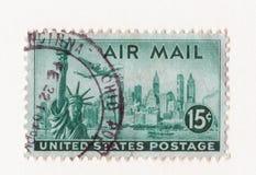 Старый зеленый винтажный американский штемпель почтового сбора воздушной почты с статуей свободы Манхаттаном и воздушным судном стоковая фотография rf