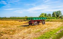 Старый зеленый трейлер на поле вал времени земной хлебоуборки сада яблока возмужалый Стоковое Изображение