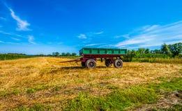 Старый зеленый трейлер на поле вал времени земной хлебоуборки сада яблока возмужалый Стоковые Фотографии RF
