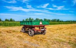 Старый зеленый трейлер на поле вал времени земной хлебоуборки сада яблока возмужалый Стоковое фото RF