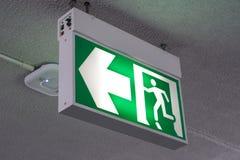 Старый зеленый знак пожарного выхода на гостинице Стоковые Изображения RF