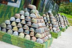 Старый зеленый шлем солдата в передних казармах od Стоковое Изображение