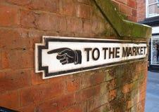 Старый знак указывая путь выйти на рынок стоковые фотографии rf
