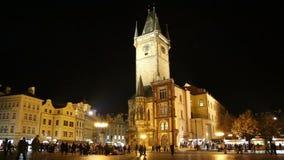 Старый здание муниципалитет городка в Праге (взгляде) ночи, взгляде от старой городской площади, чехии акции видеоматериалы