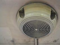 Старый диктор прикрепленный на потолке в тайской общественной шине Стоковое Изображение