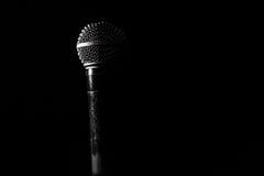 Старый динамический вокальный микрофон, красивый, предпосылка Стоковые Изображения RF