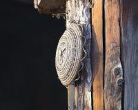 Старый инструмент вися на хате Стоковое Фото