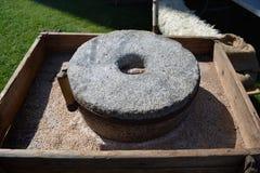 Старый инструмент жернова в средневековой ярмарке Стоковые Фото