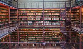 Старый старый интерьер библиотеки, потолок записывает, окна, книжные полки стоковая фотография rf