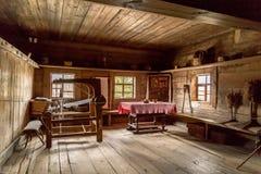 Старый интерьер сельского дома времен деревенского дома родины Стоковое Изображение RF