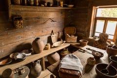 Старый интерьер сельского дома времен деревенского дома родины Стоковые Фотографии RF