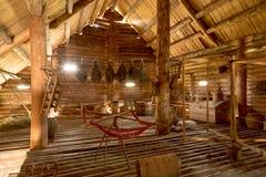 Старый интерьер сельского дома времен деревенского дома родины Стоковое фото RF