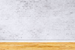 Старый интерьер с белой кирпичной стеной Стоковая Фотография RF