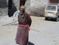 СТАРЫЙ индийский племенной человек стоковая фотография rf