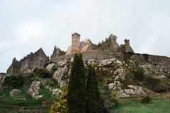 Старый ирландский замок говорит кабели старой по мере того как вороны летают вокруг Стоковое Фото
