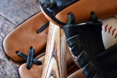 Старый используемый конец оборудования бейсбола вверх Стоковые Изображения