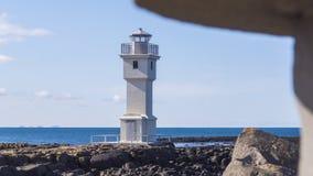 Старый исландский маяк на утесах водой Стоковое фото RF