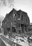 Старый и загубленный дом в снеге, черно-белом фото стоковые изображения
