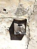 Старый и загубленный postbox Стоковое Изображение