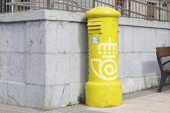 Старый и маленький ржавый почтовый ящик Correos Испании стоковые фото