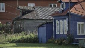 Старый и новый деревянный дом акции видеоматериалы