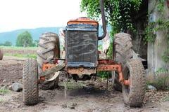 Старый и пакостный трактор который покинут Стоковые Фотографии RF