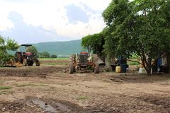 Старый и пакостный трактор который покинут Стоковое Изображение RF