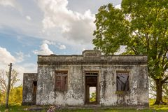 Старый и получившийся отказ дом стоковая фотография
