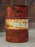 Старый и ржавый бочонок против стены Стоковая Фотография