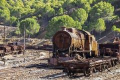 Старый и ржавый локомотив поезда стоковое изображение rf