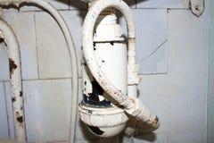 Старый и ржавый треснутый трубопровод стоковые изображения rf