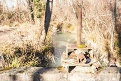 Старый и ручной запорный клапан затвора у шлюза Стоковые Изображения RF