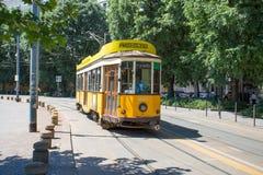 Старый и традиционный желтый трамвай в милане, Италии стоковая фотография rf
