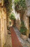 Старый и узкий путь переулка Стоковое Изображение RF