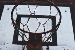 Старый и хорошо используемый обруч баскетбола с цепями стоковая фотография rf
