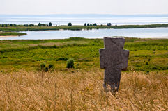 Старый казацкий каменный крест на реке Dnieper Стоковая Фотография