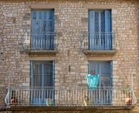 Старый каменный дом с деревянными голубыми окнами, Провансаль стоковая фотография rf