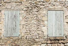 Старый каменный дом с деревянными шторками, Провансаль стоковые фото