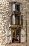 Старый каменный дом с деревянными шторками, Провансаль стоковые изображения rf